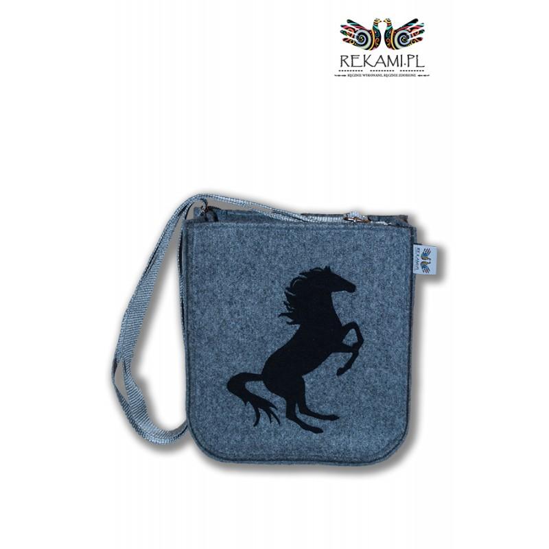 3331758a56ecb Listonoszka - Filcowa torba młodzieżowa z koniem. Rękami.